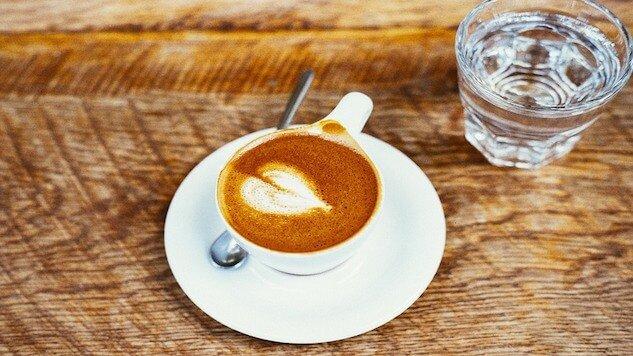 شرب الماء قبل أو بعد القهوة ... فوائد تعرفوا عليها