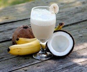 عصير الموز باللبن مع جوز الهند
