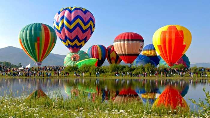 صور بالونات الهواء الساخن تطير في السماء