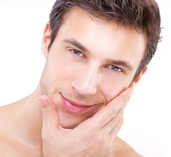 أفضل 8 طرق لتفتيح بشرة الرجال طبيعيا