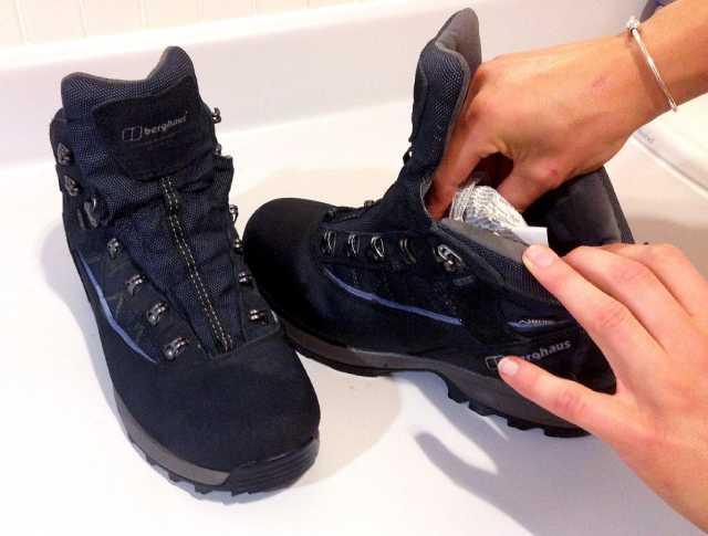 ٣ طرق بسيطة لتجفيف الحذاء المبلل بسرعة