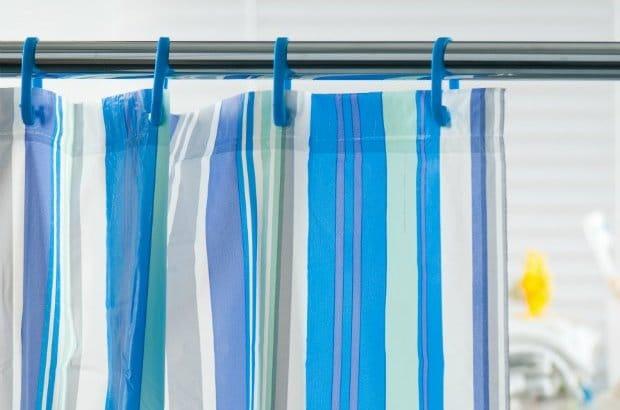 طرق سهلة لتنظيف وإزالة العفن عن ستائر الحمام البلاستيكية