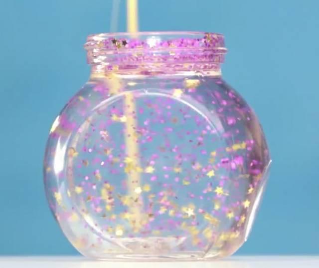 اصنعي كرة الثلج الزجاجية لطفلك بطريقة بسيطة