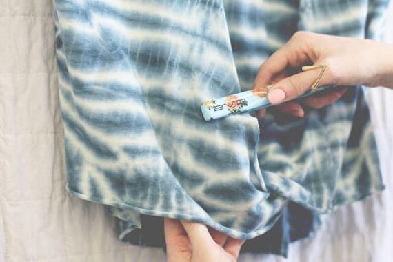 6 طرق للتخلص من كرمشة الملابس بدون مكواة