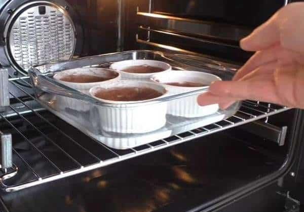 طريقة عمل السوفليه بالشوكولاته بمكونين فقط بالصور