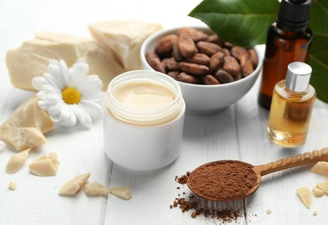 فوائد زبدة الكاكاو للبشرة والشعر