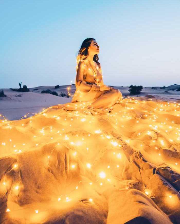 مصور يسافر حول العالم ليلتقط أجمل الفساتين مع المناظر الطبيعية
