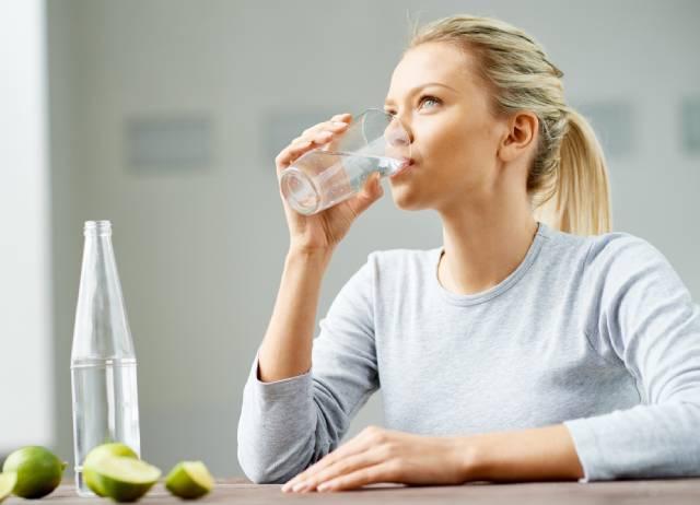 10 طرق للتخلص من الماء الزائد في الجسم (سريعة وآمنة)