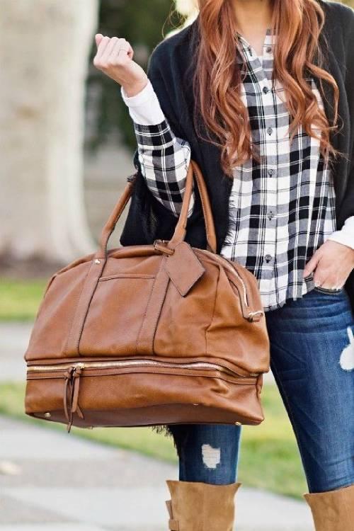 5 طرق لحمل الحقيبة تظهر شخصيتك وأصعبها الأخيرة