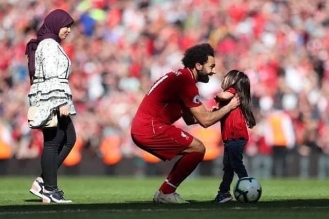 صور محمد صلاح وابنته مكة بعد توهجه بالحذاء الذهبي