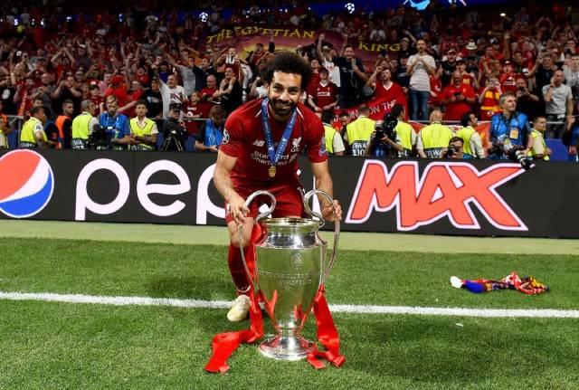 بالصورة: محمد صلاح يحضن كأس دوري أبطال أوروبا في الطائرة
